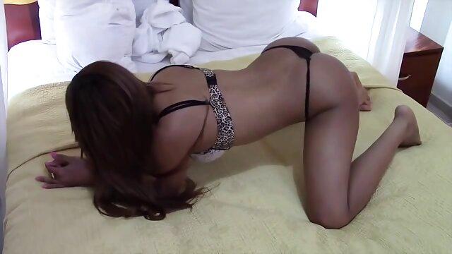 El chico persuadió a videos para adultos eróticos una joven novia para que tuviera sexo delante de una webcam y se la folla