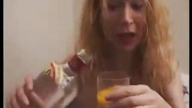 Una rubia madura sedujo a un tío y pornografía pornografía para adultos lo hizo follar con ella