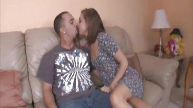 Estrella porno madura tetona deja que un joven fan la lleve a la cama adolecentes con maduros