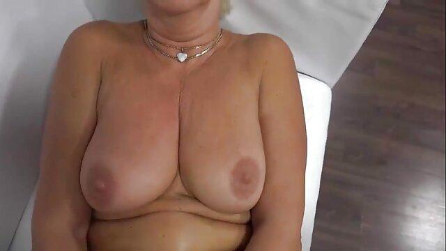 Esposa madura se masturba en el sofá y folla con entusiasmo videos adultos peruanos con su marido